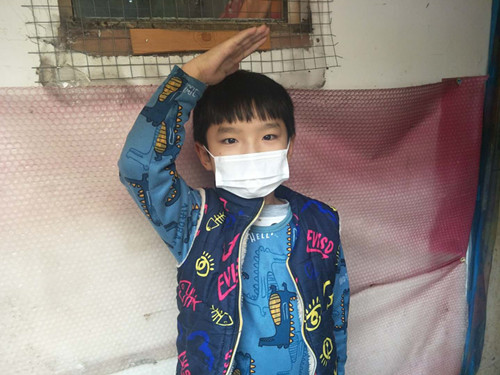 口罩 (5):儿童小杰收到口罩,开心了行了少先队礼_副本.jpg